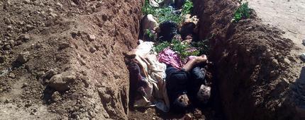I corpi di alcune delle vittime della strage di Daraya, sobborgo a sudovest di Damasco, il 25 agosto 2012, in una foto pubblicata su facebook dagli attivisti. La citta' e' teatro da giorni di una violenta offensiva delle forze fedeli al regime di Bashar al Assad. ANSA / FACEBOOK +++ATTENZIONE PHOTOEDITOR: L'ANSA NON E' IN GRADO DI VERIFICARE L'ATTENDIBILITA' DELLA FONTE+++