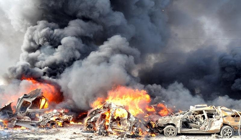 VehÌculos en llamas en una calle de Damasco, en esta foto difundida por la agencia de noticias oficial SANA, despuÈs que dos explosiones estremecieron el vecindario Qazaz en Damasco, la capital siria el jueves 10 de mayo del 2012. (Foto AP/SANA)
