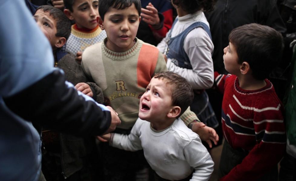bambini-siriani-in-attesa-di-ricevere-aiuti-da-parte-delle-agenzie-umanitarie-turche-nel-campo-profughi-di-bab-al-salam-in-siria-vicino-al-confine-turcoorig_main
