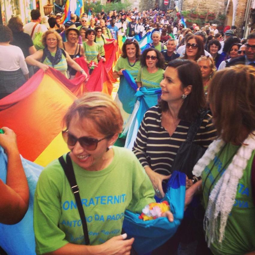 5-con-un-gruppo-di-donne-in-marcia