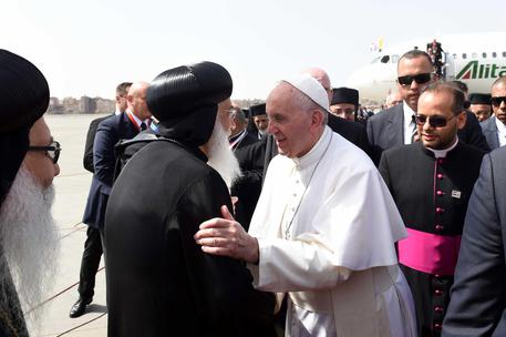 epa05932858 Pope Francis shake hands with an Egyptian Orthodox Priest after his Arrival at Cairo airport, in Cairo, Egypt, 28 April 2017. Pope Francis is on a two-day visit to Egypt and will meet with Egyptian President Abdel Fattah al-Sisi, head of the Coptic Orthodox Church Pope Tawadros II, and Grand Imam of al-Azhar Ahmed al-Tayeb. As well as holding a mass in the Air Defense Stadium north-east of Cairo.  EPA/SOLIMAN OTEIFI