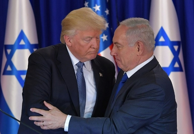 US President Donald Trump (L) and Israel's Prime Minister Benjamin Netanyahu shake hands after delivering press statements prior to an official dinner in Jerusalem on May 22, 2017. / AFP PHOTO / MANDEL NGAN
