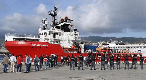 Messina-la-Ong-Ocean-Viking-nel-porto-pronta-per-lo-sbarco-dei-migranti