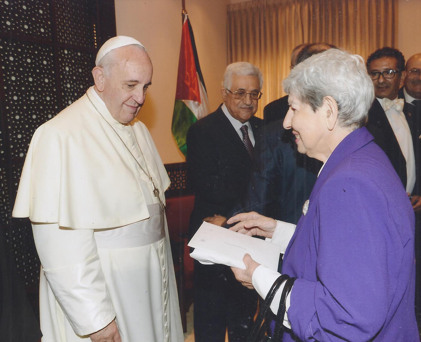 Samia-presenting-Pope-Frances-her-book-during-his-visit-to-Beth