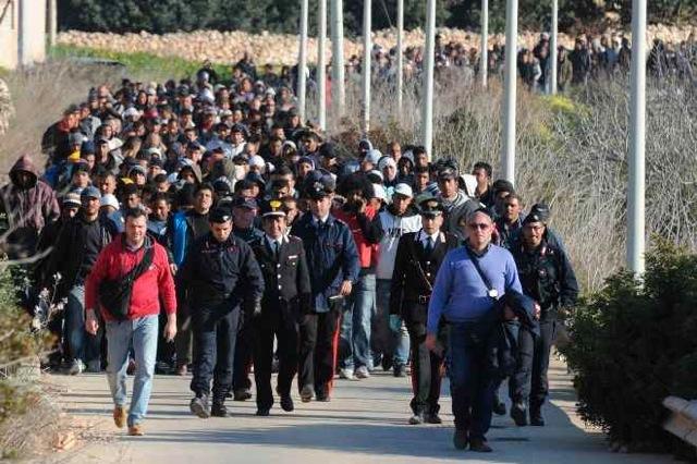 """Sbarchi, centro migranti """"scoppia"""". Oggi il premier in Sicilia"""
