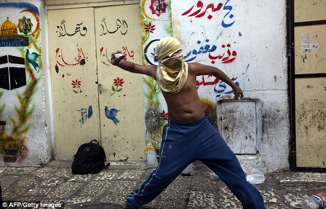 Gerusalemme, torna la violenza Battaglia tra palestinesi e polizia