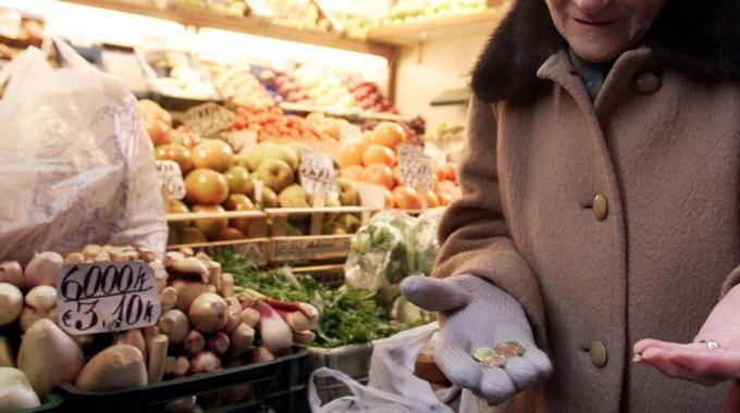 Famiglie più povere, donne e giovani penalizzati nel lavoro: fotografia dell'Istat