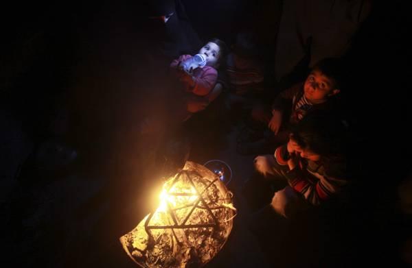 Striscia di Gaza al buio, dimezzato combustibile per centrale elettrica