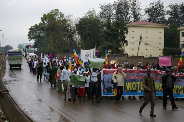 Nairobi, mille bandiere sotto la pioggia per dire sì alla pace