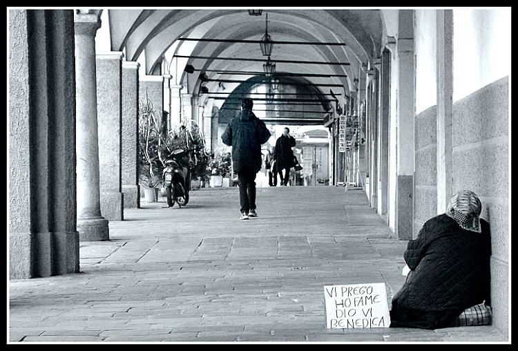 La povertà spaventa gli europei: nove su dieci chiedono l'intervento dei governi